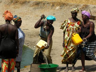 Senegal women finding water